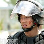 The Walking Dead s4B EW 05 Glenn riot gear