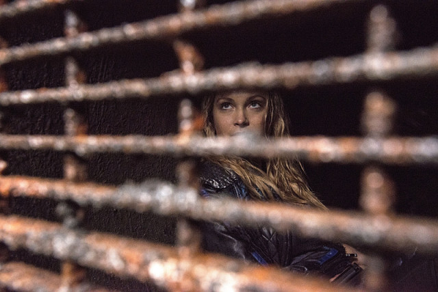 """The 100 -- """"Survival of the Fittest"""" -- Image: HU210A_0038 -- Pictured: Eliza Taylor as Clarke -- Photo: Cate Cameron/The CW -- © 2015 The CW Network, LLC. All Rights Reserved"""
