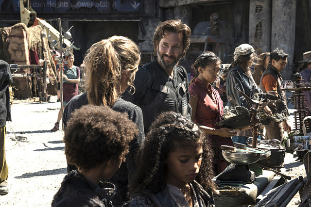 """The 100 -- """"Ye Who Enter Here"""" -- ImageHU303b_0006 --Pictured (L-R): Paige Turco as Abby and Henry Ian Cusick as Kane -- Credit: Cate Cameron/The CW -- © 2016 The CW Network, LLC. All Rights Reserved"""