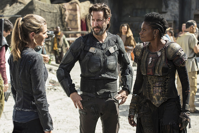 """The 100 -- """"Ye Who Enter Here"""" -- ImageHU303b_0042 --Pictured (L-R): Paige Turco as Abby, Henry Ian Cusick as Kane, and Adina Porter as Indra -- Credit: Cate Cameron/The CW -- © 2016 The CW Network, LLC. All Rights Reserved"""