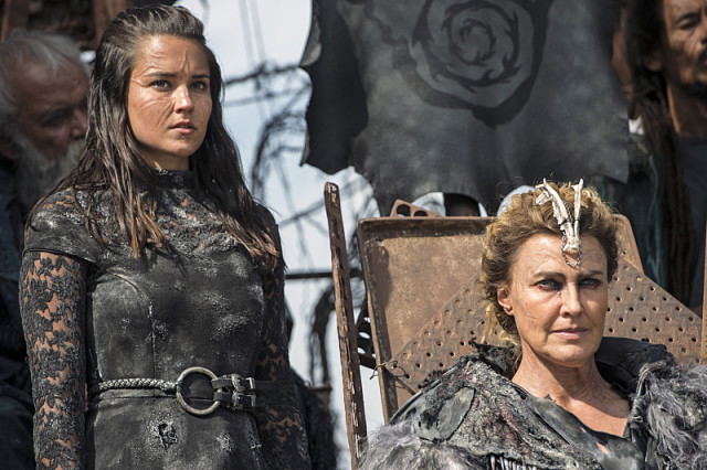 """The 100 -- """"Watch The Thrones"""" -- ImageHU304a_0207 -- Pictured (L-R): Rhiannon Fish as Ontari and Brenda Strong as Nia -- Credit: Cate Cameron/The CW -- © 2016 The CW Network, LLC. All Rights Reserved"""
