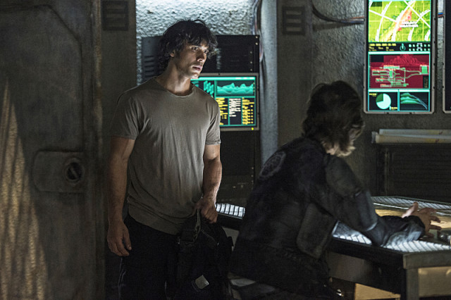 """The 100 -- """"Watch The Thrones"""" -- ImageHU304b_0288 -- Pictured (L-R): Bob Morley as Bellamy and Henry Ian Cusick as Kane -- Credit: Cate Cameron/The CW -- © 2016 The CW Network, LLC. All Rights Reserved"""